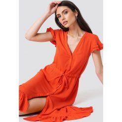 Trendyol Asymetryczna sukienka maxi z guzikami - Red. Czerwone sukienki damskie Trendyol, z tkaniny, z asymetrycznym kołnierzem. Za 121.95 zł.