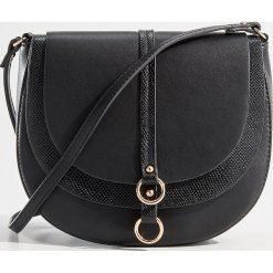 Torebka na ramię z podwójną klapą - Czarny. Czarne torby na ramię damskie Mohito. Za 89.99 zł.
