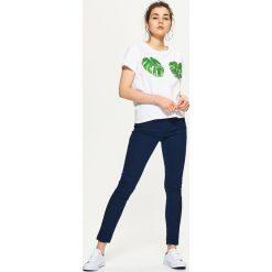 Denimowe jegginsy - Granatowy. Niebieskie legginsy damskie Cropp, z jeansu. Za 59.99 zł.