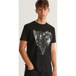 T-shirt z nadrukiem - Brązowy. Brązowe t-shirty męskie Reserved, z nadrukiem. Za 39.99 zł.