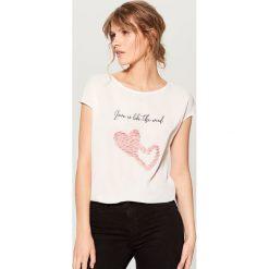 Koszulka z kwiatową aplikacją - Biały. Białe t-shirty damskie Mohito, z aplikacjami. Za 59.99 zł.