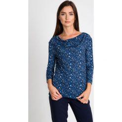 Granatowa bluzka ze wzorem QUIOSQUE. Niebieskie bluzki damskie QUIOSQUE, z nadrukiem, z puchu, z dekoltem woda, z długim rękawem. W wyprzedaży za 39.99 zł.