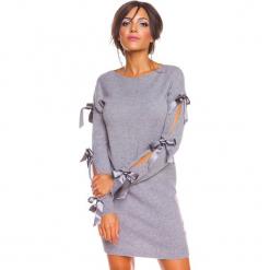 """Sukienka """"Mona"""" w kolorze szarym. Szare sukienki damskie So Cachemire, z kaszmiru, ze sznurowanym dekoltem. W wyprzedaży za 173.95 zł."""