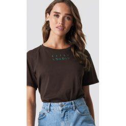 NA-KD Trend T-shirt oversize Loudly - Brown. Brązowe t-shirty damskie NA-KD Trend, z nadrukiem, z klasycznym kołnierzykiem. Za 72.95 zł.
