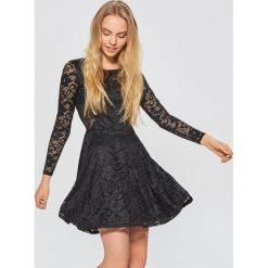 Koronkowa sukienka - Czarny. Czarne sukienki damskie Cropp, z koronki. Za 99.99 zł.