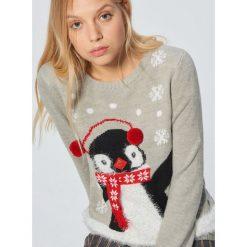 Świąteczny sweter z pingwinem - Jasny szary. Szare swetry damskie Cropp. Za 89.99 zł.