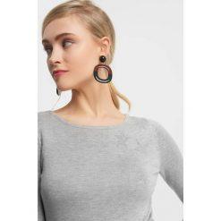 Sweter basic z kryształkami. Szare swetry damskie Orsay, z dzianiny. Za 99.99 zł.