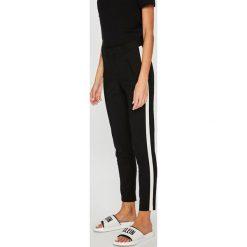 Vero Moda - Spodnie. Czarne spodnie materiałowe damskie Vero Moda, z haftami, z bawełny. Za 169.90 zł.