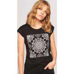 T-shirt z nadrukiem - Czarny. T-shirty damskie marki DOMYOS. W wyprzedaży za 19.99 zł.