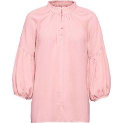 Bluzka z rękawami balonowymi bonprix stary jasnoróżowy. Czerwone bluzki damskie bonprix, retro, ze stójką. Za 129.99 zł.