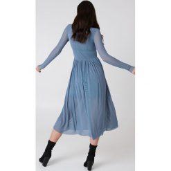 NA-KD Trend Siateczkowa sukienka midi z długim rękawem - Blue. Sukienki damskie NA-KD Trend, ze stójką, z długim rękawem. W wyprzedaży za 135.80 zł.