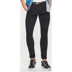 Jeansy SLIM z paskiem - Czarny. Czarne jeansy męskie Cropp. Za 149.99 zł.