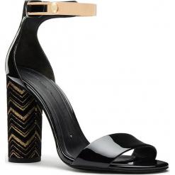 Skórzane sandały w kolorze czarno-złotym. Czarne sandały damskie Stella Luna, w paski, z lakierowanej skóry. W wyprzedaży za 614.95 zł.