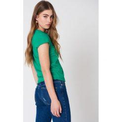 NA-KD Basic T-shirt z surowym wykończeniem - Green. Zielone t-shirty damskie NA-KD Basic, z bawełny, z okrągłym kołnierzem. Za 52.95 zł.