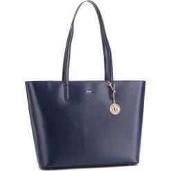 Torebka DKNY - R83A3654 Navy NVY. Niebieskie torebki do ręki damskie DKNY, ze skóry. Za 1,199.00 zł.