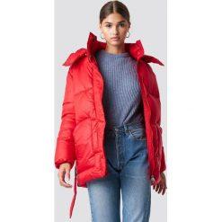 NA-KD Trend Kurtka watowana z paskiem - Red. Czerwone kurtki damskie NA-KD Trend, w paski, z materiału. Za 323.95 zł.