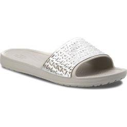 Klapki CROCS - Sloane Graphic Etched Slide W 205130  Pearl White/Silver. Szare klapki damskie Crocs, z tworzywa sztucznego. W wyprzedaży za 149.00 zł.