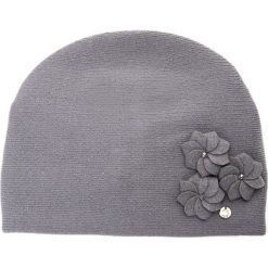 Szara czapka z trzema kwiatami QUIOSQUE. Szare czapki i kapelusze damskie QUIOSQUE, z wełny. Za 99.99 zł.