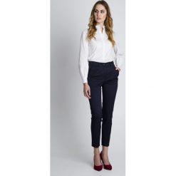 Granatowe eleganckie spodnie BIALCON. Białe spodnie materiałowe damskie BIALCON. W wyprzedaży za 132.00 zł.