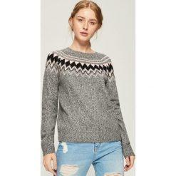 Sweter z geometrycznym wzorem - Jasny szar. Swetry damskie marki bonprix. Za 59.99 zł.