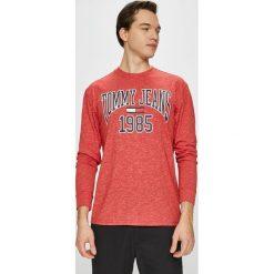 Tommy Jeans - Longsleeve. Brązowe bluzki z długim rękawem męskie Tommy Jeans, z nadrukiem, z bawełny, z okrągłym kołnierzem. Za 199.90 zł.