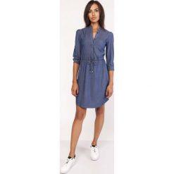 Koszulowa Krótka Sukienka Jeansowa na Stójce. Niebieskie sukienki damskie Molly.pl, z jeansu, biznesowe, z koszulowym kołnierzykiem, z krótkim rękawem. Za 168.90 zł.