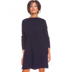 """Sukienka """"Irene"""" w kolorze granatowym. Niebieskie sukienki damskie So Cachemire, z kaszmiru, z dekoltem w łódkę. W wyprzedaży za 186.95 zł."""