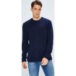 Tommy Jeans - Sweter. Niebieskie swetry przez głowę męskie Tommy Jeans, z bawełny, z okrągłym kołnierzem. W wyprzedaży za 319.90 zł.