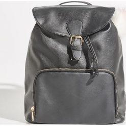 Plecak z brelokiem - Czarny. Czarne plecaki damskie Sinsay. Za 79.99 zł.