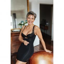 Modelująca sukienka w kolorze czarnym. Czarne sukienki damskie Scottage, w koronkowe wzory, z koronki, klasyczne. W wyprzedaży za 68.95 zł.