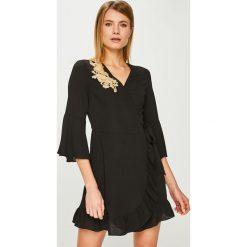 Answear - Sukienka. Szare sukienki damskie ANSWEAR, z aplikacjami, z materiału, casualowe. Za 149.90 zł.