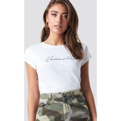 Pamela x NA-KD T-shirt basic Romantic - White. Białe t-shirty damskie Pamela x NA-KD, z nadrukiem, z dżerseju, z okrągłym kołnierzem. Za 80.95 zł.