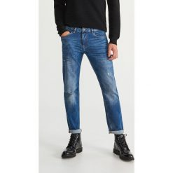 Jeansy z dziurami regular fit - Niebieski. Jeansy męskie marki bonprix. W wyprzedaży za 69.99 zł.