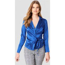 Boohoo Kopertowa koszula - Blue. Niebieskie koszule damskie Boohoo, z poliesteru, z kopertowym dekoltem. W wyprzedaży za 30.29 zł.