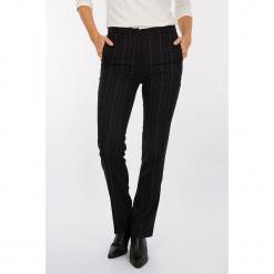 Spodnie w kolorze czarnym. Czarne spodnie materiałowe damskie Scottage, w paski. W wyprzedaży za 99.95 zł.