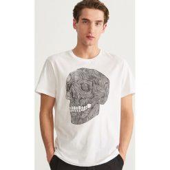 T-shirt z nadrukiem - Biały. Białe t-shirty męskie Reserved, z nadrukiem. Za 39.99 zł.