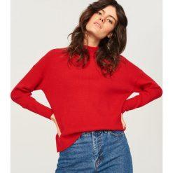 Sweter ze stójką - Czerwony. Czerwone swetry damskie Reserved, ze stójką. Za 89.99 zł.