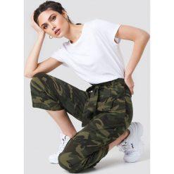 NA-KD Szerokie spodnie w stylu militarnym z wiązaniem - Multicolor. Spodnie materiałowe damskie NA-KD Trend, z haftami, z bawełny. Za 202.95 zł.