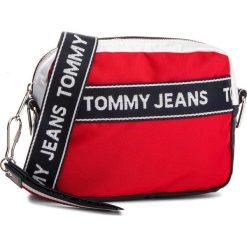 Torebka TOMMY JEANS - Logo Cam AU0AU00191 901. Czerwone listonoszki damskie Tommy Jeans, z jeansu. W wyprzedaży za 279.00 zł.