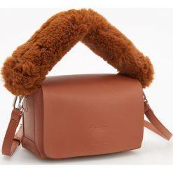Torebka z futrzanym uchwytem - Pomarańczo. Brązowe torebki do ręki damskie Reserved, z futra. Za 99.99 zł.