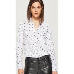 Klasyczna koszula z nadrukiem - Biały. Białe koszule damskie Cropp, z nadrukiem, klasyczne, z klasycznym kołnierzykiem. Za 49.99 zł.