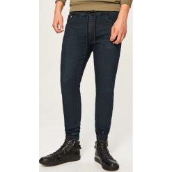 Jeansy jogger - Czarny. Czarne jeansy męskie Reserved. Za 129.99 zł.