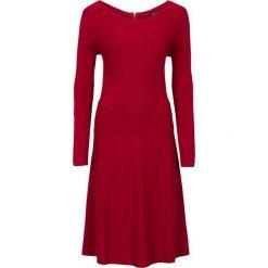 Sukienka dzianinowa w prążek bonprix ciemnoczerwony. Czerwone sukienki damskie bonprix, w prążki, z dzianiny. Za 89.99 zł.