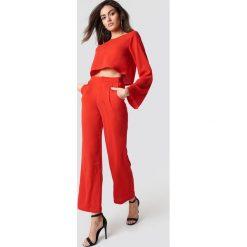Hannalicious x NA-KD Spodnie garniturowe z wysokim stanem - Red. Czerwone spodnie materiałowe damskie Hannalicious x NA-KD, z tkaniny. Za 161.95 zł.