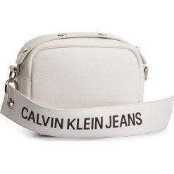 Torebka CALVIN KLEIN JEANS - Logo Banner Camera Bag K40K400807 102. Białe listonoszki damskie Calvin Klein Jeans, z jeansu. Za 299.00 zł.