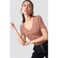NA-KD Basic T-shirt basic z dekoltem V - Pink. Różowe t-shirty damskie NA-KD Basic, z dzianiny, dekolt w kształcie v. W wyprzedaży za 28.67 zł.