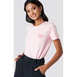Samsoe & Samsoe T-shirt Lexi - Pink. Różowe t-shirty damskie Samsøe & Samsøe, z aplikacjami, z jersey, z okrągłym kołnierzem. Za 161.95 zł.