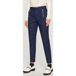 Spodnie - Granatowy. Niebieskie spodnie materiałowe damskie Reserved. Za 99.99 zł.