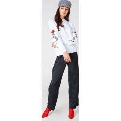 NA-KD Bluza z wyszywanymi różami na rękawach - White. Białe bluzy damskie NA-KD, z bawełny. Za 133.95 zł.