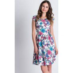 Rozkloszowana sukienka w kwiaty BIALCON. Białe sukienki damskie BIALCON, na lato, w kwiaty, z zamszu, z kopertowym dekoltem, z krótkim rękawem. Za 279.00 zł.